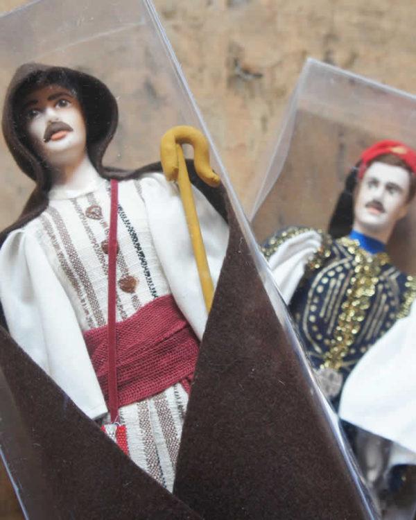Κούκλες με παραδοσιακές φορεσιές, τσολιάς και βοσκός με γκλίτσα ή σκόπι