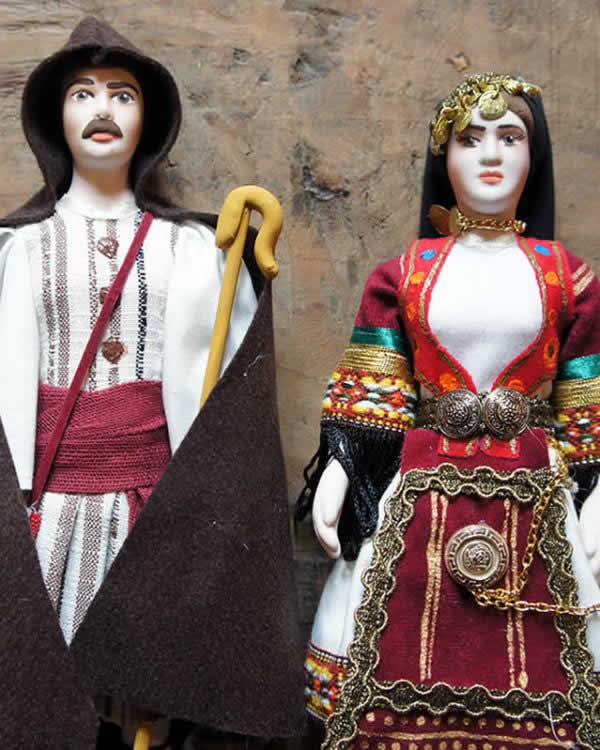 Κούκλες με παραδοσιακές φορεσιές, άντρες και γυναίκες