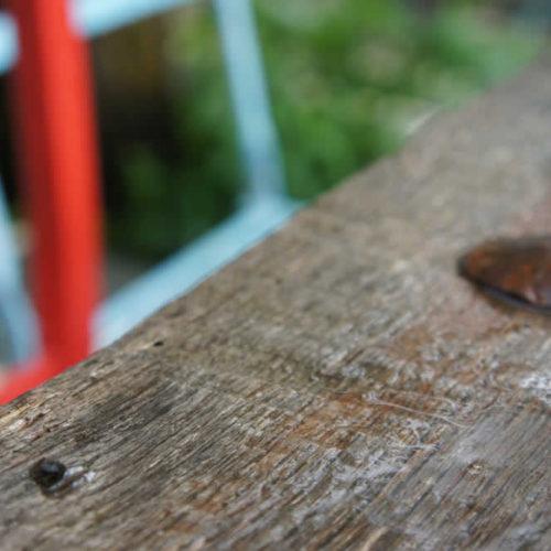 Το βρεγμένο τραπέζι τής αυλής στη Στέρνα μετά από ανοιξιάτικη βροχή