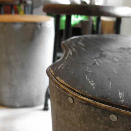 Ποικιλία σκαμπώ, καθισμάτων και άλλων ξύλινων κατασκευών