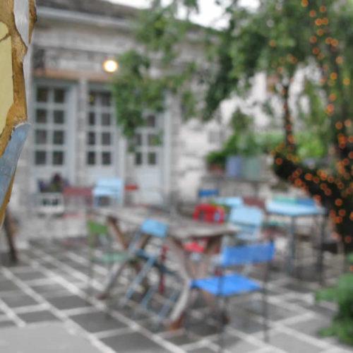 Η είσοδος και η αυλή τού Καφέ Στέρνα στα Ζαγοροχώρια