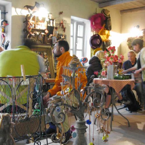 Τραπεζάκια με κόσμο στο Καφέ Στέρνα στο Μεγάλο Πάπιγκο