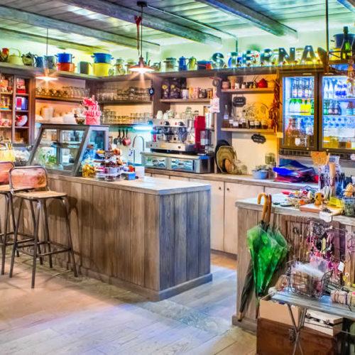 Ο χώρος τού καφέ στο ισόγειο τής Στέρνας