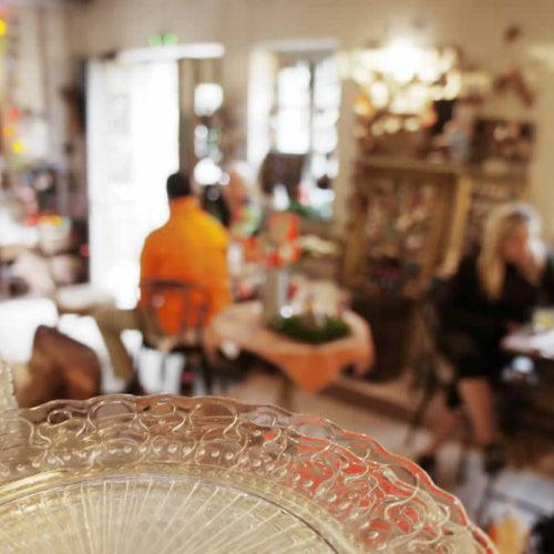 Θαμώνες και άλλοι πελάτες τής Στέρνας απολαμβάνουν τον καφέ και το κρασάκι τους