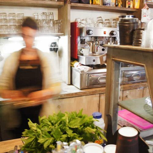 Ετοιμάζοντας τον καφέ και τα γλυκίσματα στη Στέρνα