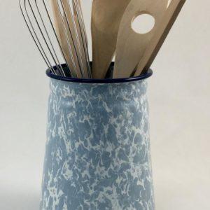 Βάζο εμαγιέ γαλάζιο με εργαλεία μαγειρικής